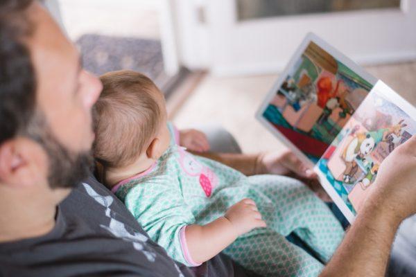 絵本を読む親